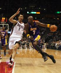 lamar odom drives against yi jianlian.jpg