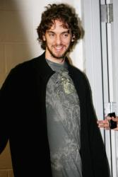 Pau Gasol speaks to reports at Lakers press conference.jpg