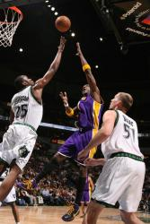 Lamar Odom throws up a hook shot over the outstretched hand of Al Jefferson.jpg