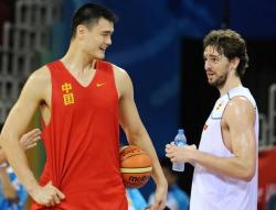 Pau Gasol has a conversation with Yao Ming.jpg