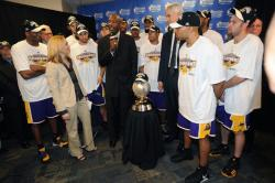 James Worthy presents the 2009 Western Conference Champion trophy to the Lakers team.jpg