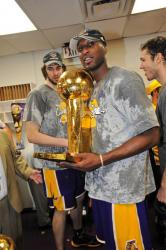 Lamar Odom holds the Larry O'Brien trophy.jpg