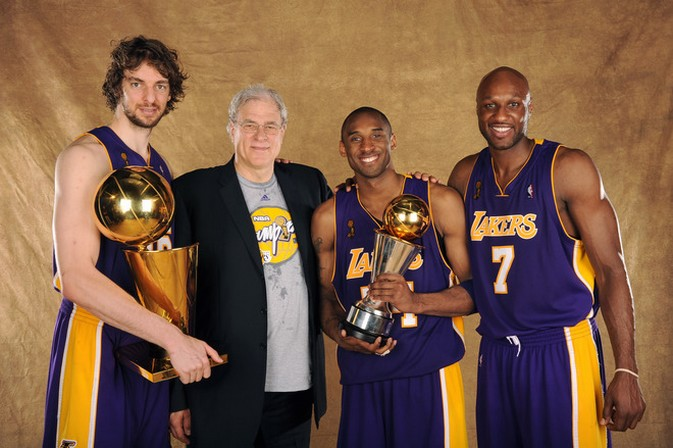 The Official Dwayne Wade <<<<<< you thread - Page 17 Pau+Gasol_+Phil+Jackson_+Kobe+Bryant_+and+Lamar+Odom+formal+NBA+Championship+photo+2009
