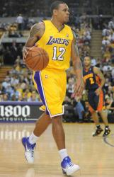 Shannon Brown dribbles the ball in the half court offense.JPG