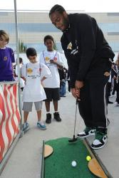 Josh Powell plays miniature golf during Lakers Holiday Party for Kids 2009.JPG