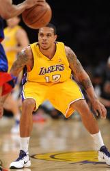 Shannon Brown gets down low on defense vs the Clippers.JPG
