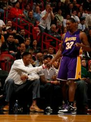 Ron Artest shakes hands with Scottie Pippen.JPG