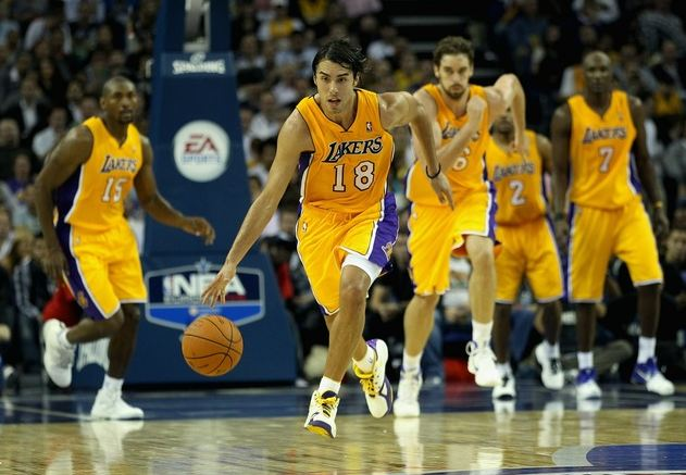 Sasha Vujacic pushes the ball upcourt during a fast break in the first Laker preseason game 2010.JPG