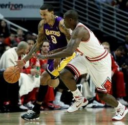 Matt Barnes dribbles against Ronnie Brewer.JPG