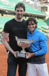 Pau Gasol poses with Rafael Nadal and his 2011 French Open trophy.JPG