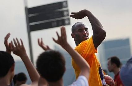 Bryant teaches kids in Singapore the jumpshot shooting form with ...