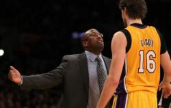 Mike Brown gives Pau Gasol instructions.JPG