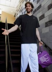 Pau Gasol holds a purple bag on the stairs.JPG