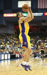 Steve Nash shows his jump shot form and release point.JPG