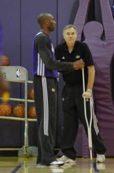 Mike D'Antoni in crutches looks at Kobe Bryant during practice.JPG