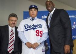 Magic Johnson takes a photo with new Dodger pitcher Ryu Hyun Jin and Ned Colletti.JPG