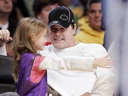 laker-fan-ray-liotta-with-daughter karsen-26705863.jpg