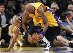 Lamar Odom fights for the loose ball with Mo Evans.jpg