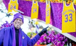 Kareem Abdul-Jabbar 2016 Points at His Jersey on the Lakers Rose Parade Float.JPG